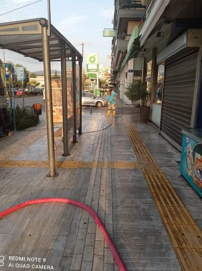 Καθαρισμός πεζοδρομίων στο κέντρο της Καβάλας