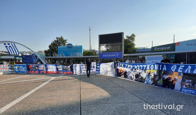 Διαμαρτυρία αστυνομικών και στρατιωτικών έξω από τη ΔΕΘ